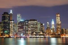 Rascacielos de New York City en la noche Imagenes de archivo