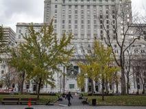 Rascacielos de piedra viejos y altas torres de la oficina de la subida en Montreal en el lugar Victoria Square con un peatón que  imagen de archivo