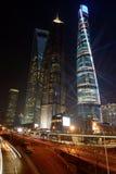 Rascacielos de Shangai en la noche Imagen de archivo libre de regalías
