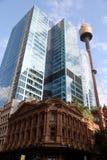 Rascacielos de Sydney Tower y de la ciudad foto de archivo libre de regalías