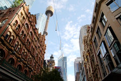 Rascacielos de Sydney Tower y de la ciudad Imagen de archivo libre de regalías