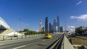 Rascacielos del distrito financiero de la ciudad de Moscú y del taxi amarillo borroso Imagen de archivo libre de regalías