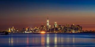 Rascacielos del Lower Manhattan del puerto de New York City en la salida del sol imágenes de archivo libres de regalías