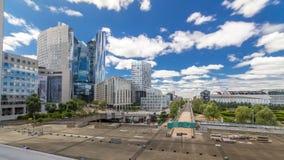 Rascacielos del negocio moderno del hyperlapse del timelapse de la defensa del La y distrito financiero en París con los edificio almacen de video