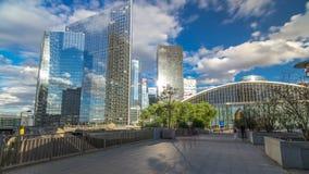 Rascacielos del negocio moderno del hyperlapse del timelapse de la defensa del La y distrito financiero en París con los edificio metrajes