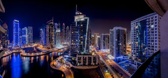 Rascacielos del puerto deportivo de Dubai en noche Fotografía de archivo
