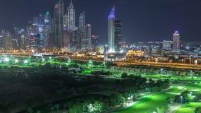 Rascacielos del puerto deportivo de Dubai y timelapse de la noche del campo de golf, Dubai, United Arab Emirates almacen de video