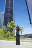 Rascacielos del saludo de la mujer de negocios Foto de archivo libre de regalías