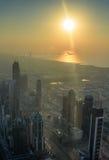 Rascacielos durante puesta del sol en Dubai UAE, visión aérea Imagen de archivo