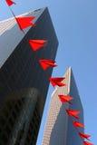 Rascacielos e indicadores rojos Imágenes de archivo libres de regalías