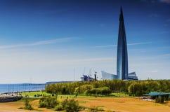 Rascacielos, edificio alto del centro de Lakhta, centro de negocios de Gazprom el edificio más alto de Europa fotos de archivo