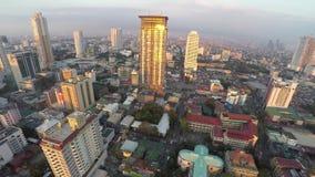 Rascacielos-edificios en Manila desde arriba en la puesta del sol almacen de metraje de vídeo