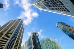 Rascacielos en área comercial imagen de archivo