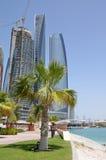Rascacielos en Abu Dhabi Fotos de archivo