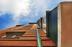 Rascacielos en backg del extracto del cielo azul Foto de archivo libre de regalías
