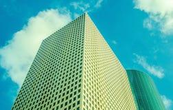 Rascacielos en el casquillo de nubes Fotografía de archivo libre de regalías