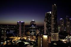 Rascacielos en Gold Coast durante la noche Fotografía de archivo libre de regalías