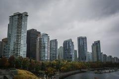 Rascacielos en la costa de Vancouver en otoño Fotos de archivo