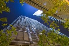 Rascacielos en la noche Foto de archivo libre de regalías