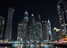 Rascacielos en la noche en Marina Dubai Fotografía de archivo