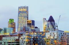 Rascacielos en la noche, Gran Bretaña, Reino Unido de Londres foto de archivo