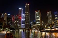 Rascacielos en la noche por el agua Foto de archivo libre de regalías
