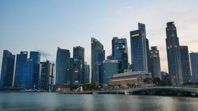 Rascacielos en Marina Bay Waterfront Promenade almacen de metraje de vídeo
