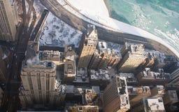 Rascacielos en mecanismo impulsor de la orilla del lago Imágenes de archivo libres de regalías