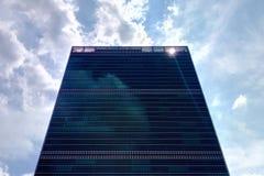 Rascacielos en NY en un día soleado contra el cielo imagen de archivo libre de regalías