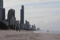 Rascacielos en paraíso de las personas que practica surf Imagen de archivo libre de regalías