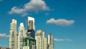 Rascacielos en Puerto Madero, destino turístico importante de Buenos Aires, la Argentina almacen de metraje de vídeo