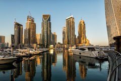 Rascacielos en salida del sol, puerto deportivo de Dubai Foto de archivo libre de regalías