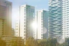 Rascacielos en Tel Aviv, Israel Fondo moderno de la arquitectura de la ciudad, entonando Llamarada de la lente Negocio, tecnologí foto de archivo libre de regalías