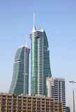 Rascacielos financieros del puerto de Bahrein en Manama Foto de archivo libre de regalías
