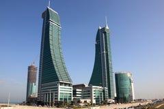 Rascacielos financieros del puerto de Bahrein en Manama Imágenes de archivo libres de regalías