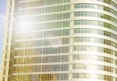 Rascacielos Fondo moderno de la ciudad de la sociedad, entonando Llamarada de la lente Tecnología de las finanzas del negocio foto de archivo libre de regalías