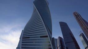 Rascacielos futuristas en estilo moderno Fondo abstracto del asunto día metrajes