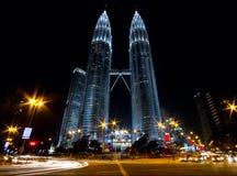 Rascacielos gemelos y tráfico que fluye Fotografía de archivo