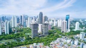 Rascacielos hermosos con el cielo azul Imagen de archivo