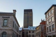 Rascacielos moderno al lado de las casas más viejas de Montreal vieja, Quebec, Canadá en la puesta del sol en invierno Fotografía de archivo libre de regalías