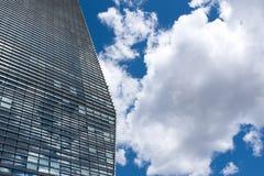 Rascacielos moderno con reflexiones de nubes en ventanas Imagen de archivo