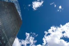 Rascacielos moderno con reflexiones de nubes en ventanas Fotografía de archivo