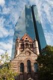 Rascacielos moderno de cristal con la iglesia antigua Imágenes de archivo libres de regalías