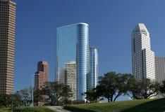 Rascacielos modernos adentro hacia el centro de la ciudad Fotos de archivo libres de regalías