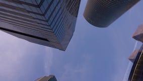 Rascacielos modernos de la forma inusual, hechos del vidrio Opinión de Bottom Up con la rotación almacen de video