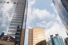 Rascacielos modernos de la oficina de negocios con el cielo azul Imagenes de archivo