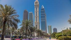Rascacielos modernos del horizonte a lo largo del centro de negocios de timelapse de Sheikh Zayed Road en Dubai, UAE almacen de video