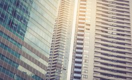 Rascacielos modernos del negocio con los altos edificios Foto de archivo