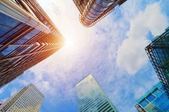 Rascacielos modernos del negocio, edificios altos, arquitectura que aumenta al cielo, sol Imagenes de archivo
