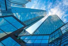 Rascacielos modernos en distrito financiero contra el cielo azul Foto de archivo